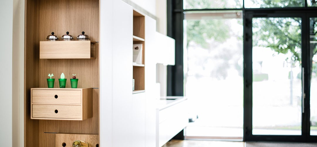 Rempp Küche FENIX 2020 mit hochwertiger Kunststofffront in weiß (fenix bianco alpin) kombiniert mit Eiche Tabak